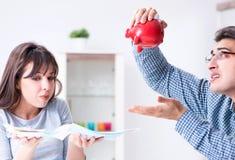 Barnpar som ser familjfinanslegitimationshandlingar arkivfoton