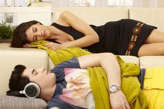Barnpar som sover i vardagsrum Royaltyfria Bilder