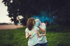 Barnpar som spelar med färgad målarfärg royaltyfri foto