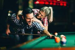 Barnpar som spelar snooker tillsammans i stång Royaltyfria Bilder