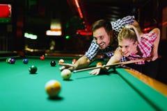 Barnpar som spelar snooker tillsammans i stång Fotografering för Bildbyråer