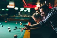 Barnpar som spelar snooker tillsammans i stång Arkivfoton