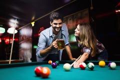 Barnpar som spelar snooker tillsammans i st?ng royaltyfria bilder