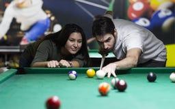 Barnpar som spelar snooker tillsammans i st?ng royaltyfri fotografi