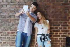 Barnpar som tar selfie Arkivbild