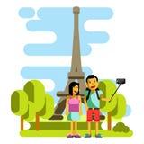 Barnpar som tar selfie nära Eiffeltorn också vektor för coreldrawillustration royaltyfri illustrationer