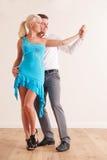 Barnpar som tillsammans dansar royaltyfria bilder