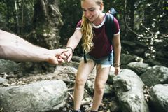 Barnpar som tillsammans reser i skog arkivbilder