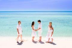 Barnpar som tycker om deras bröllopsdag Arkivfoton