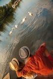 Barnpar som tycker om nära floden Royaltyfria Bilder