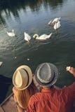 Barnpar som tycker om nära floden Royaltyfri Bild
