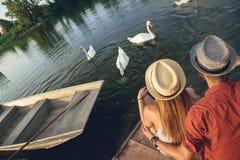 Barnpar som tycker om nära floden Arkivfoton