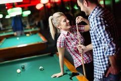 Barnpar som tycker om spela snooker p? datum arkivfoto