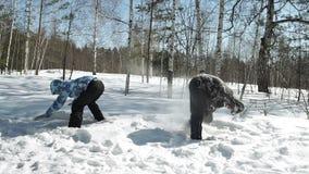 Barnpar spelar på snö som parkerar in lager videofilmer