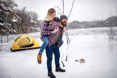 Barnparet har gyckel under vintervandring fotografering för bildbyråer