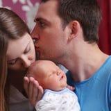 Barnparföräldern med behandla som ett barn pojken arkivfoto