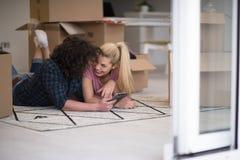 Barnparinflyttning en ny lägenhet Arkivbilder