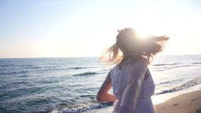 Barnparinnehavet räcker kvinnan ledande pojkvänner som går in mot solnedgång arkivfilmer