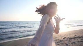Barnparinnehavet räcker kvinnan ledande pojkvänner som går in mot solnedgång lager videofilmer