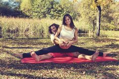Barnparkel efter yogaövningsgravid kvinna arkivfoto