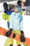barnparsnowboarders jublar och är glade Royaltyfri Foto