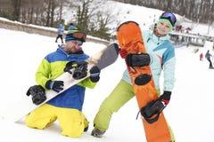 barnparsnowboarders jublar och är glade Royaltyfria Foton
