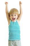 Barnpojke med armar som ser upp lyckliga royaltyfri bild