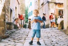Barnpojke med Fritule - kroatisk söt bakelse, kakor, homemad arkivbilder