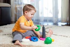 Barnpojke som hemma leker Fotografering för Bildbyråer