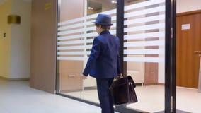 Barnpojken ser som en affärsman i hatt, och dräkten lämnar hans arbetsplats i regeringsställning lager videofilmer