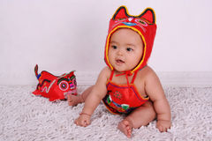 barnporslinet kostymerar klädd national royaltyfri foto