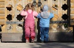 barnportar near trä fotografering för bildbyråer