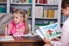 Barnpsykolog med lite flickan Fotografering för Bildbyråer