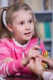 Barnpsykolog med lite flickan Arkivbild