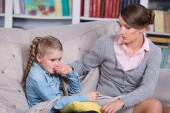 Barnpsykolog med lite flickan Royaltyfria Bilder