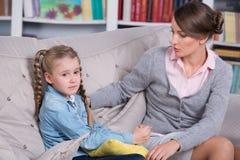 Barnpsykolog med lite flickan Arkivbilder