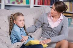 Barnpsykolog med lite flickan Arkivfoton