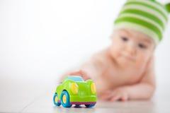 Barnräckvidder till bilen royaltyfri foto