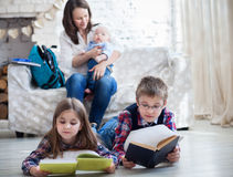 Barnreadindböcker i vardagsrum Fotografering för Bildbyråer