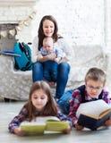 Barnreadindböcker i vardagsrum Royaltyfri Fotografi