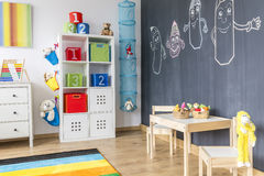 Barnrum med svart tavlaväggen arkivbilder