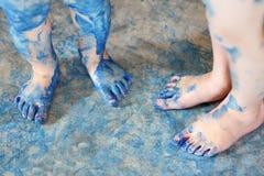 Barns blått målade fot Royaltyfri Foto