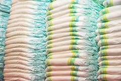 Barns blöjor som staplas i högar i barnrummet Arkivfoton