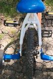 Barns cykel med cykeln för gummihjul för unge för utbildningshjul bakifrån Arkivfoto
