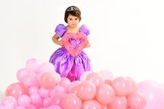 Barns dag red steg Småbarnhållhjärta ungemode Liten miss i härlig klänning Barndomlycka fotografering för bildbyråer