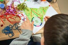 Barns danandegarneringar för ferie för nytt år Målningvattenfärger Top beskådar Konstverkarbetsplats med idérik tillbehör arkivbild