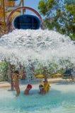 Barns dragningstrumman i vattnet parkerar Arkivbilder