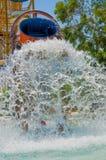 Barns dragningstrumman i vattnet parkerar Royaltyfri Bild