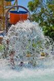 Barns dragningstrumman i vattnet parkerar Royaltyfri Foto