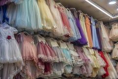 Barns eleganta festliga klänningar i ett lager i turkiska mars Royaltyfri Foto